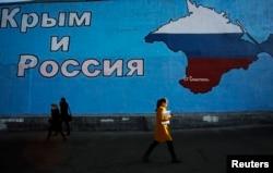 Мурал із написом «Крим і Росія» і зображенням карти Криму в кольорах російського державного прапора на одній із вулиць Москви, 25 березня 2014 року
