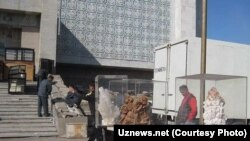 Muzey buzilib, nodir eksponatlar vazirlik binosidan ajratilgan xonaga ko'chirilmoqda. Surat Uznews.net saytidan olindi.
