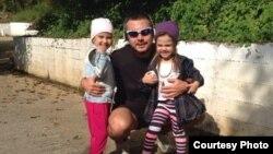 Керим Токаев с дочками. Фото из семейного архива