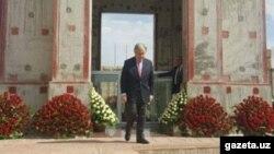 Генеральный секретарь ООН Антониу Гутерриш возложмл цветы к могиле первого президента Узбекистана Ислама Каримова. Самарканд, 10 июня 2017 года.