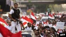 بنا به گزارشها نیروهای امنیتی تلاش میکنند تا بین مخالفان و هواداران مرسی دیوار حائلی ایجاد کنند