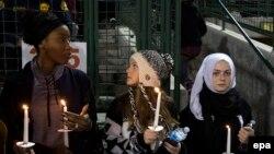 Pamje gjatë një ceremonie të përkujtimit të viktimave të masakrës në San Bernardino