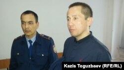 Гражданский активист Асет Абишев (справа) на суде по его делу. Алматы, 26 сентября 2018 года.