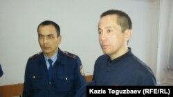 Гражданский активист Асет Абишев (справа) на суде по его делу.