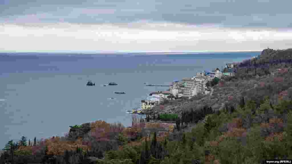 Вид на гостиничный комплекс «Санта Барбара» в соседнем поселке Утес и скалы в море перед ним – Верблюд, Три сестры и Черепаха. Скалы издавна служили важным ориентиром в навигации по Кучук-Ламбатской бухте
