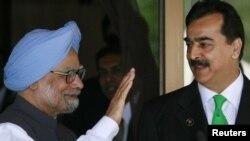 د پاکستان وزیراعظم یوسف رضا ګیلاني له خپل هندي سیال من موهن سینګ سره د سارک غونډې سره په څنګ خپلو کې ویني.۱۰ نومبر ۲۰۱۱