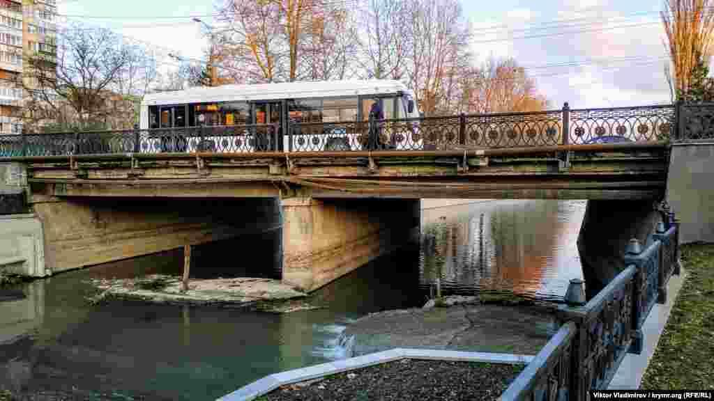 Міст у центрі Сімферополя по проспекту Кірова залишився невідремонтованим