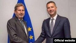 Ministri për Integrim Evropian i Kosovës, Bekim Çollaku (djathtas) dhe komisionari i BE-së për politika të zgjerimit, Johannes Hahn.