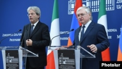 Armenia - Foreign Minister Edward Nalbandian (R) speaks at a joint news conference in Yerevan with his Italian counterpart Paolo Gentiloni, 8Nov2016.
