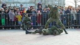 Показательные выступления российских военных (архивное фото)