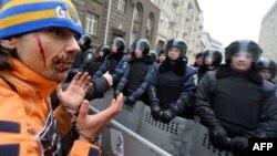 На акции протеста в Киеве по случаю принятия правительством ограничительных законов. 17 января 2014 года.