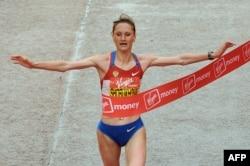 Лилия Шобухова пересекает финишную линию лондонского марафона, 25 апреля 2010