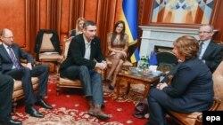Украина оппозициясының басшылары ЕО сыртқы саясат жөніндегі комиссары Кэтрин Эштонмен кездесуде. Киев, 24 ақпан 2014 жыл.