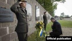 Петро Порошенко встановив вінок біля меморіальної дошки у комплексі «Концентраційний табір Заксенгаузен», 20 травня 2017 року