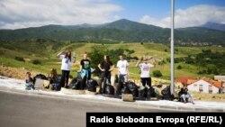 Ученици од Средното медицинско училиште во Битола по акцијата за чистење на диви депонии низ градот.