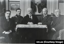 Естонська делегація для підписання Тартуського мирного договору обмінюється з росіянами офіційними грамотами, Москва, 30 березня 1920 року. Фото Естонського державного архіву