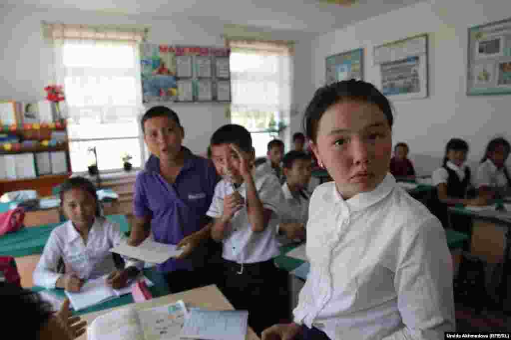 Ученики на уроке английского языка в школе села Тастагызак. Ташкентская область