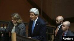 Государственный секретарь Джон Керри (в центре) выступает перед сенатом США. Вашингтон, 14 апреля 2015 года.