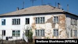 Один из жилых домов в селе Бектау. Акмолинская область, май 2012 года.