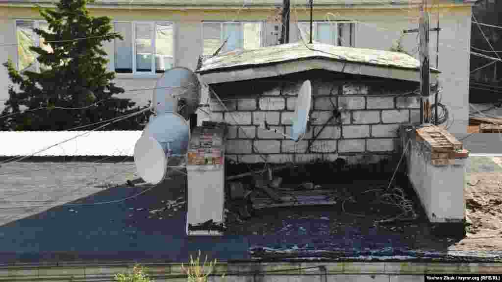 Антенны и строительный мусор соседствуют на одной из крыш