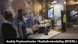Роман Бончук демонструє відвідувачам експонати музею