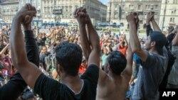 Мігранти протестують проти дій міграційної поліції Угорщини біля головного вокзалу Будапешта, 30 серпня 2015 року