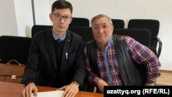 Гражданский активист Максат Айсаутов (слева) и адвокат Мереке Габдуалиев в административном суде, где активисту вменяют «нарушение законодательства о порядке организации и проведения митингов». Уральск, 29 февраля 2020 года.