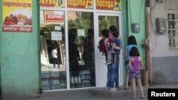По мнению югоосетинских экспертов, граждане недовольны экономическим положением и парламент обязан серьезно спросить с чиновников о проделанной работе