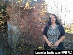 Ольга Алексеева на фоне дома, где ей дали квартиру
