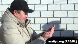 Түрмеден шыққан полицей Нұржан Бимағанбетов құрбан шалып, дұға қылып отыр. Ақтөбе, 27 қаңтар 2012 жыл.