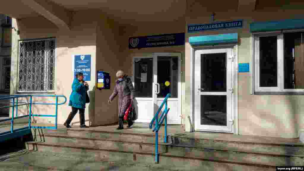 На выходе из поликлиники №2 в Севастополе: некоторые придерживаются правил личной защиты и надевают маску