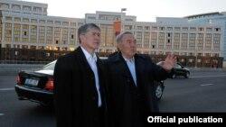 Алмазбек Атамбаев казак президенти Нурсултан Назарбаев менен. Астана, 10-май, 2012.