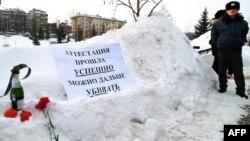 Шерушілердің ішкі істер министрлігі алдына қойып кеткен наразылық белгілері. Қазан, 15 наурыз 2012 жыл.
