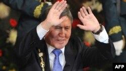 Алмазбек Атамбаев президенттик кызматына киришүүдөгү ант берүү аземинде, 1-декабрь, 2011.