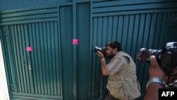 Fotografët pakistanezë pranë vilës ku thuhet se është strehuar bin Ladeni...