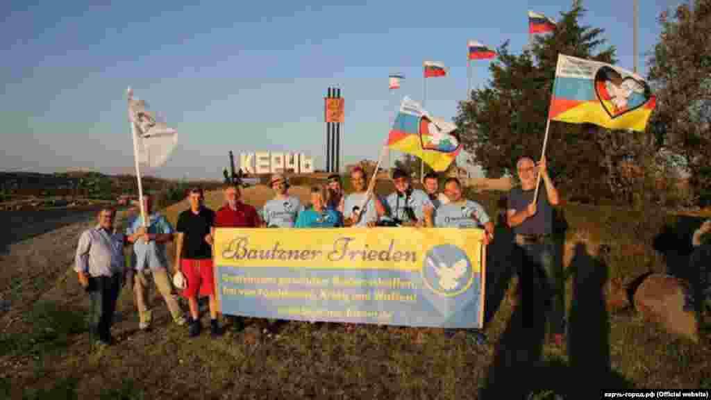 Учасники «автопробігу дружби Берлін-Москва» в Керчі