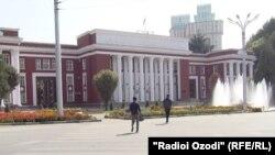 Душанбедаги парламент биноси.