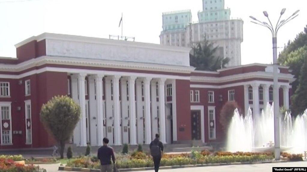 В Таджикистане глав местных хукуматов лишили права назначать заведующих отделами народного образования