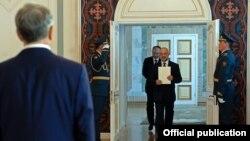 30-мартта тогуз мамлекеттин элчилери президент Алмазбек Атамбаевге ишеним грамоталарын тапшырды.