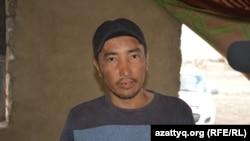 Куаныш Аманжолов, переехавший после паводков из дачного массива в Актобе в село Курайлы, где он строит дом. 4 июня 2017 года.