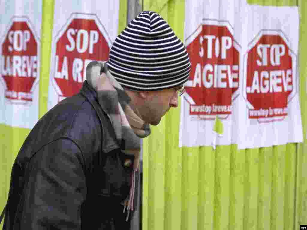 پوسترهایی که بر آنها نوشته شده است: اعتصاب را متوقف کنید