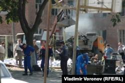 Співробітники МНС згрібають те, що залишилося після штурму спортзалу, і вантажать в автомобілі. 4 вересня 2004 року