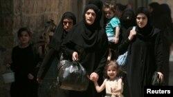 Жінки із дітьми втікають до безпечнішого міста Манбідж у провінції Алеппо, 10 серпня 2016 року