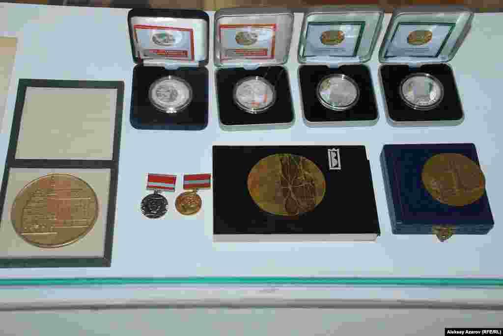 Евгений Сидоркин был при жизни участником нескольких престижныхзарубежных выставок. Посетители могут увидеть медали и дипломы,полученные им за участие в них.