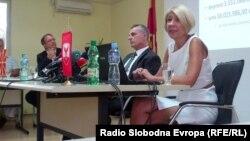 Прес-конференција за ревизијата на проектот Скопје 2014 во Општина Центар. Антикорупционерите Слаѓана Тасева и Драган Малиновски и градоначалникот Андреј Жерновски.