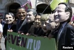 """Любимое занятие протестующих – надевать маски участвующих в саммитах """"Большой семерки"""" политиков. Мюнхен, 3 июня"""