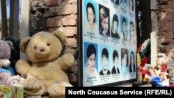Игрушки и портреты погибших в Беслане в день памяти жертв трагедии 2004 года. 3 сентября 2017 года.