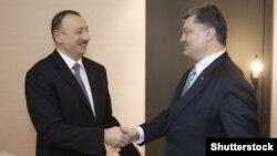 Президенты Азербайджана Ильхам Алиев (слева) и Украины Петр Порошенко