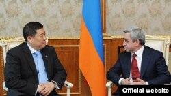 Президент Армении Серж Саргсян (справа) принимает вице-президента Азиатского банка развития Цзяою Чжао, Ереван, 11 апреля 2011 г.