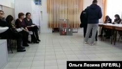 """Cлева """"наблюдатели"""", которые мешали Ольге работать"""